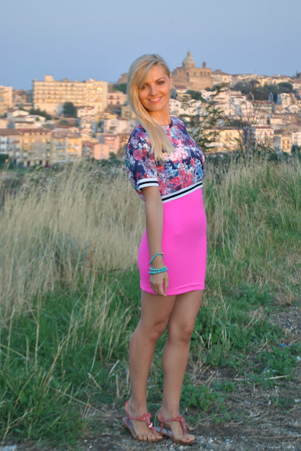 outfit fucsia come abbinare il crop top come abbinare il crop top abbinamenti crop top stampa a fiori come abbinare la stampa a fiori floral print outfit fucsia dress floral print crop top how to wear floral print outfit agosto mariafelicia magno fashion blogger color block by felym fashion blog italiani fashion blogger italiane ragazze bionde summer outfits