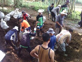 warga desa gotong royong bersihkan sungai Cibarengkok