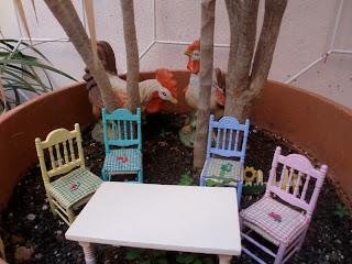 sillas de colores en miniatura