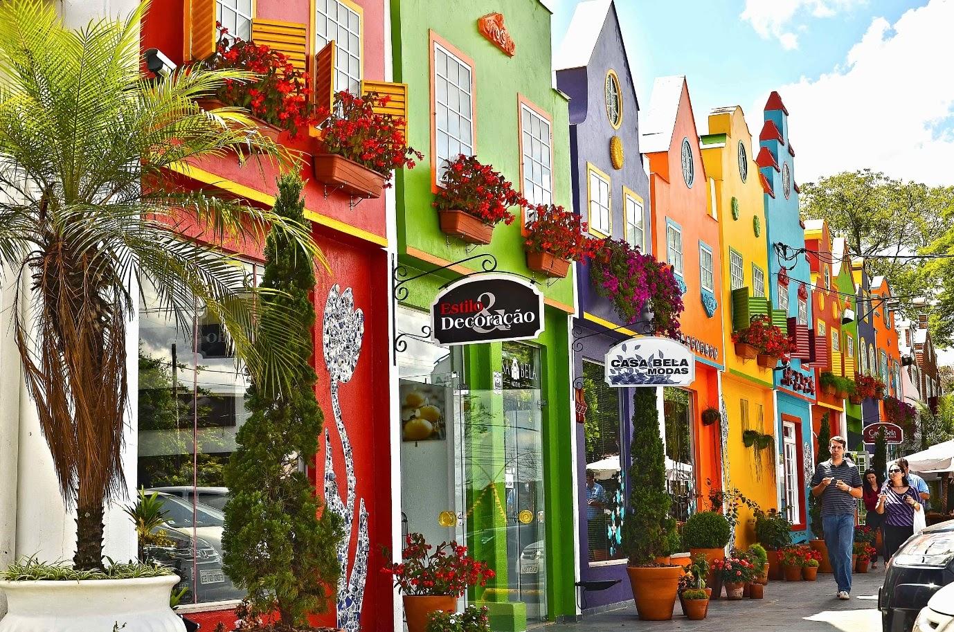 A charmosa rua comercial e turística de Holambra, onde restaurantes e confeitarias mantém mesas em ambientes externos e agradáveis.