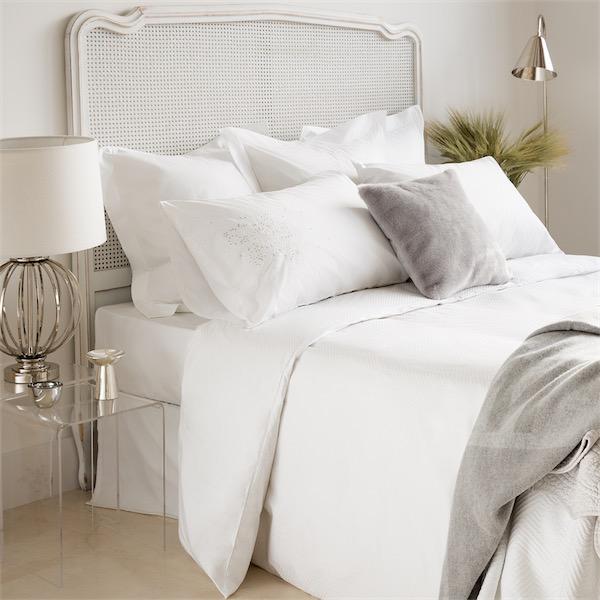 camas vestidas por completo con sábanas blancas de estilo contemporáneo de la firma Zara Home Chic and Deco