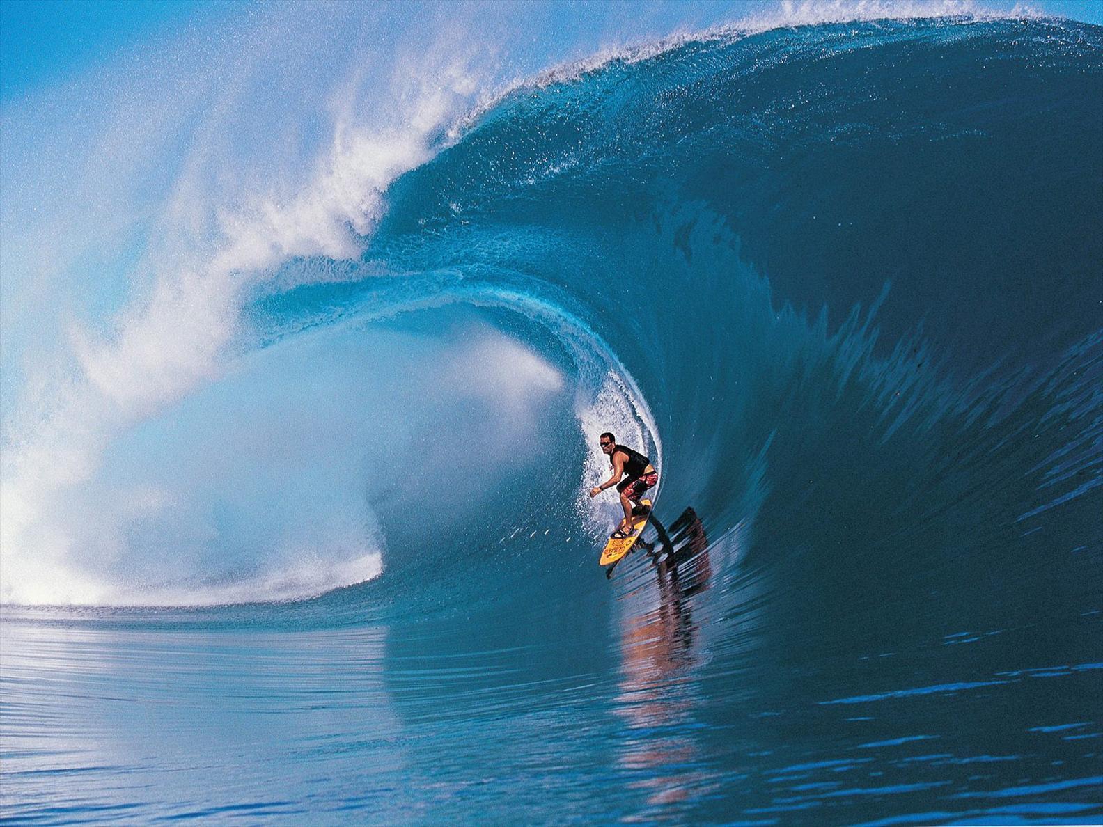 Gambar-gambar berselancar (surfing) di lautan