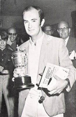 Ernesto Palacios con el trofeo de vencedor del XXXV Campeonato Individual de España de Ajedrez, Llaranes-Avilés 1970