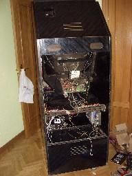 La máquina por detrás con la fuente de alimentación colgada