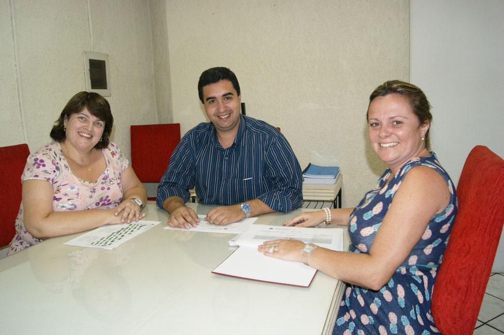 Secretário Municipal de Educação, professor Leonardo Vasconcellos, e suas diretoras Carmen Mouteira e Carla Rabello