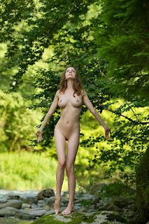 年轻的女孩们 - Busty Beauty in Nature - Mariposa 01