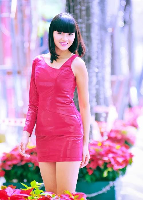 Diễm Châu khoe chân dài trên phố cùng váy đỏ tươi xinh