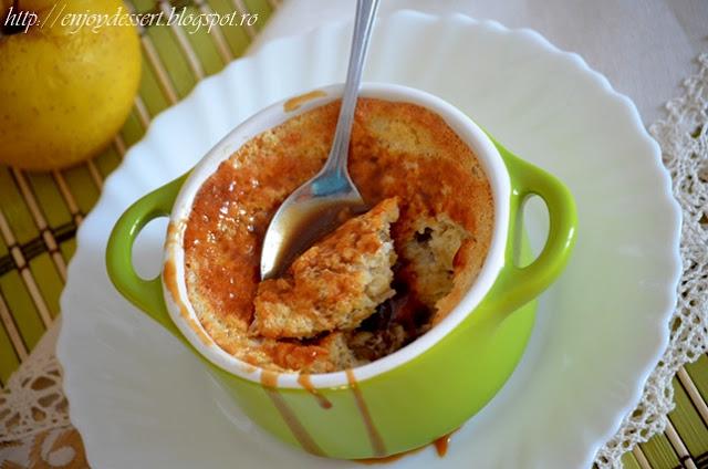 Budinca de mere cu stafide si sos caramel