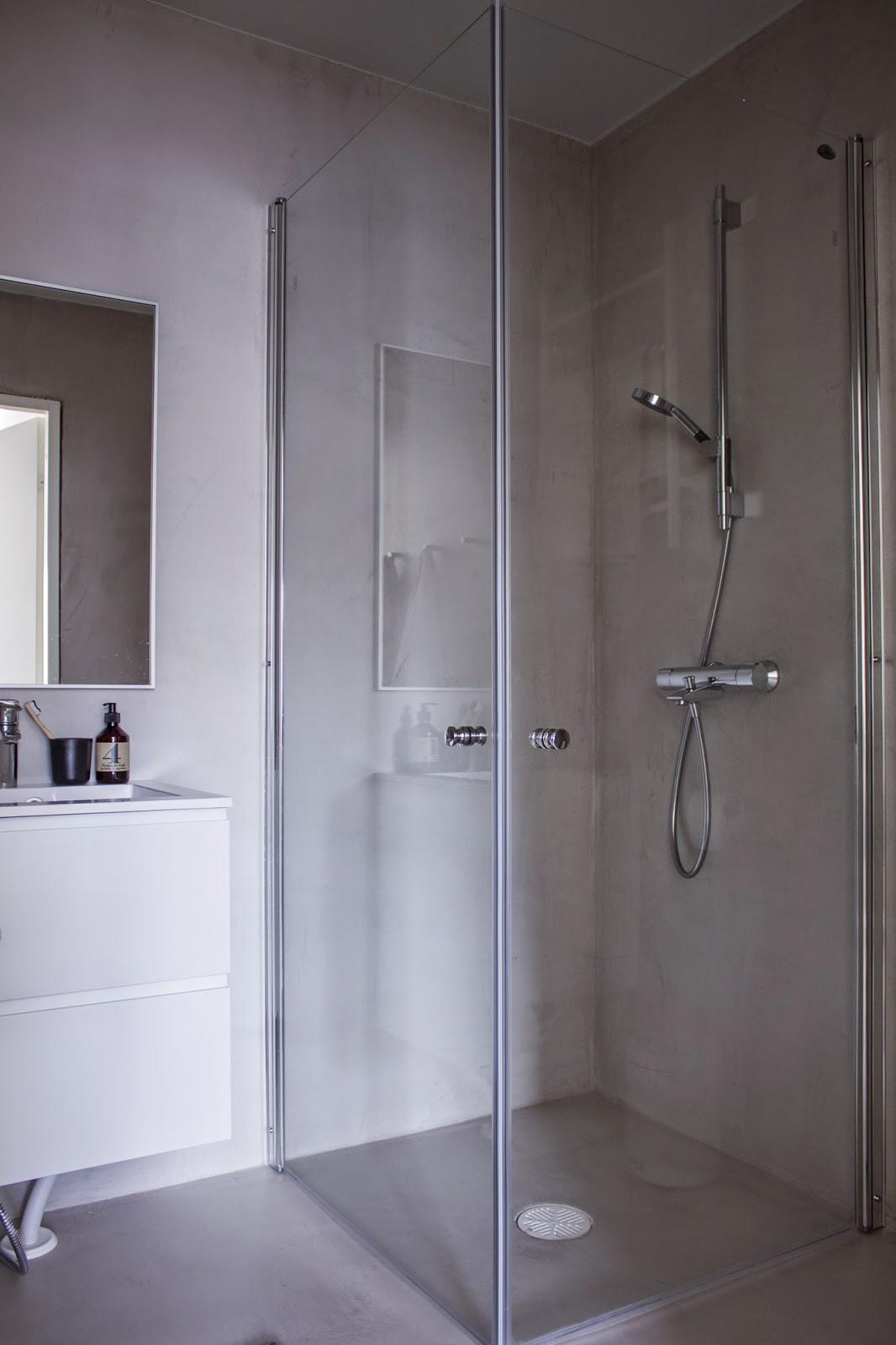 Otsosonin suihkukoppi, allaskaappi ja peili sekä Oraksen suihku