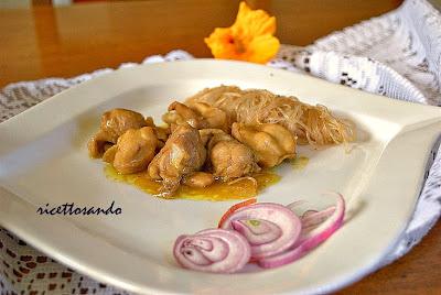 Pollo al curry ricetta cinese patto etico accompagnato da riso a vapole o fili di soia