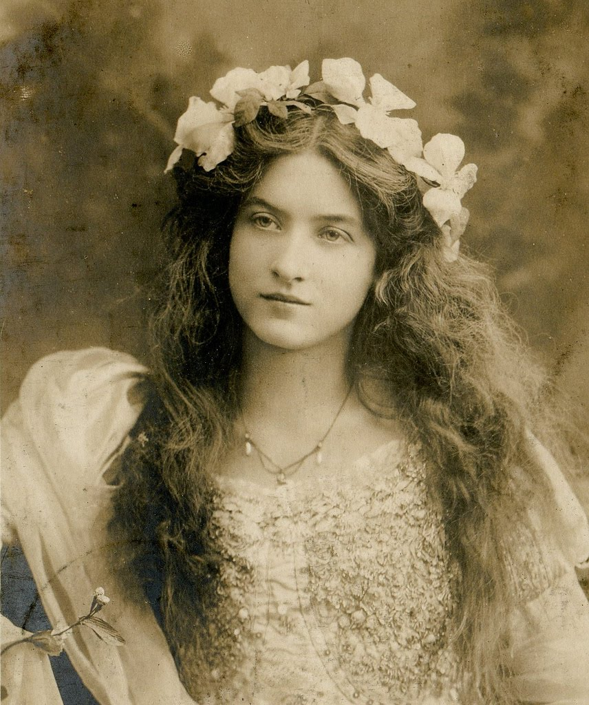a biography of lilian gish a once beautiful young acctress This episode is all about beautiful silent film actress lillian gish, who captured many a heart with her angelic looks and her amazing acting talent i'm going to show you how to recreate her signature hair and makeup look.