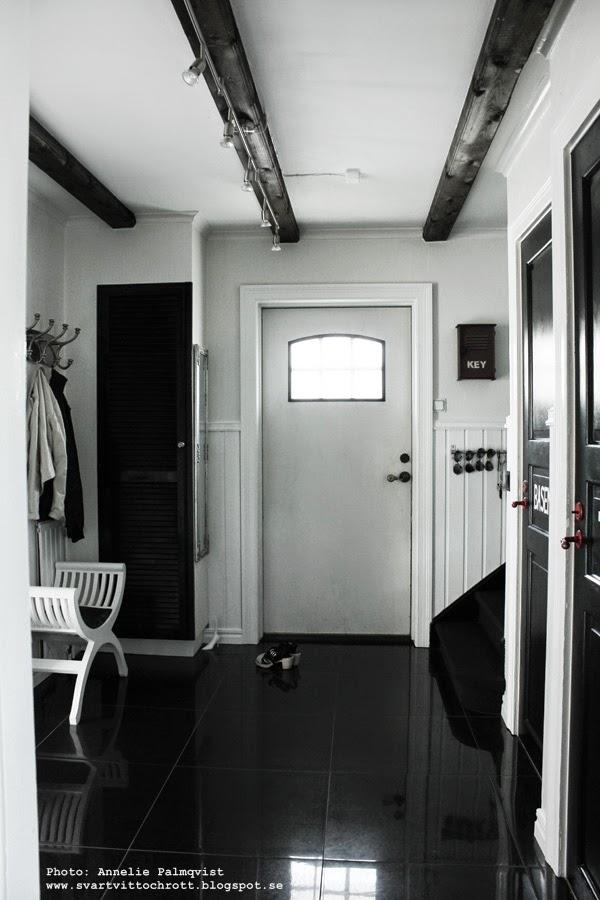 före och efterbilder, måla ytterdörr, svart dörr, svarta dörrar, målat en dörr svart, svarta, svart vitt och rött, svart och vitt i hall, hallen i svartvitt, takbalkar, renovering, diy, inspiration hall, inredning,