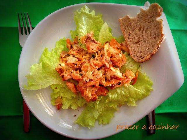prazer a cozinhar - salada de salmão e queijo