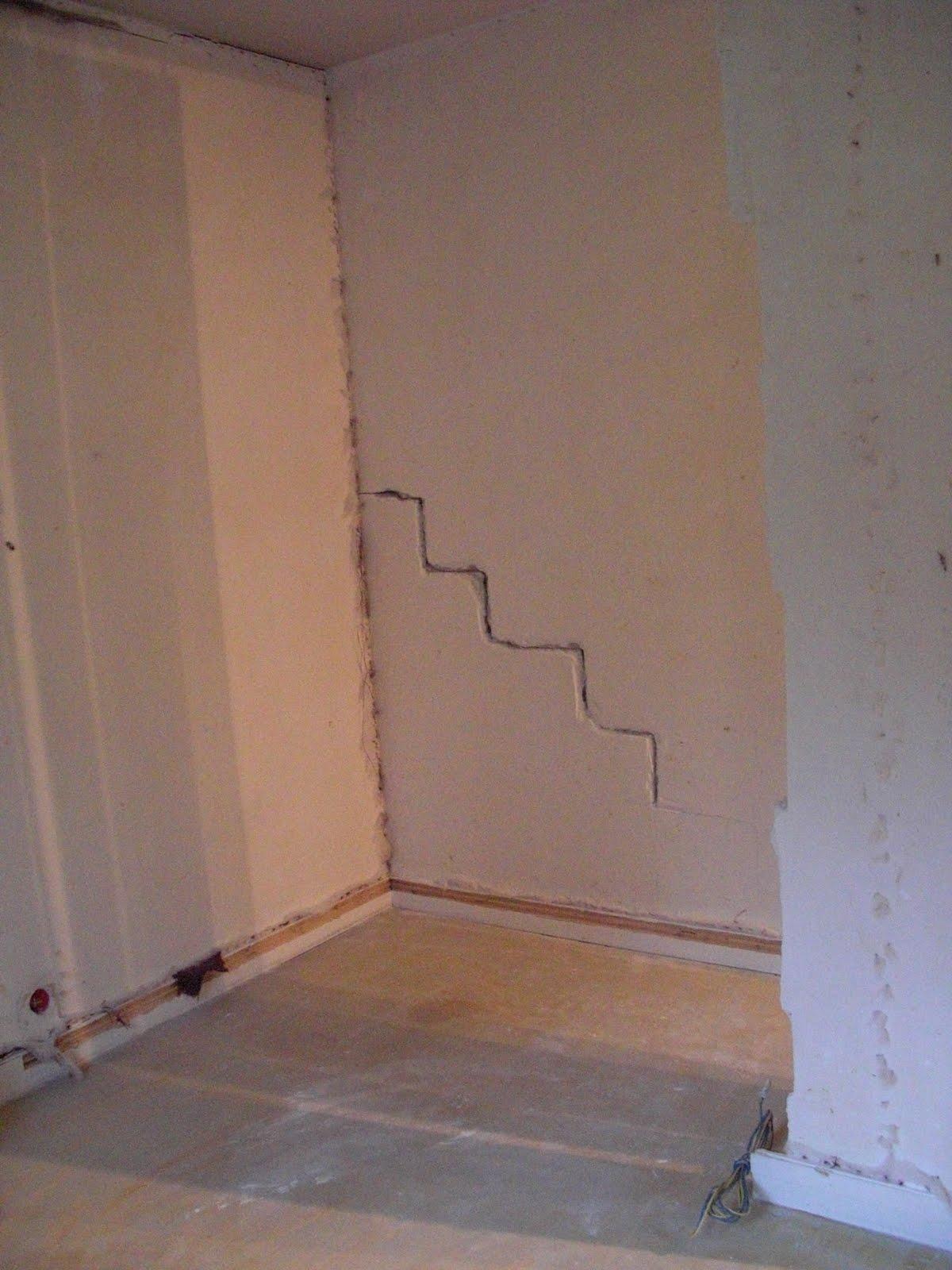 la famille marteau se retrousse les manches reconstruction les anciens murs. Black Bedroom Furniture Sets. Home Design Ideas