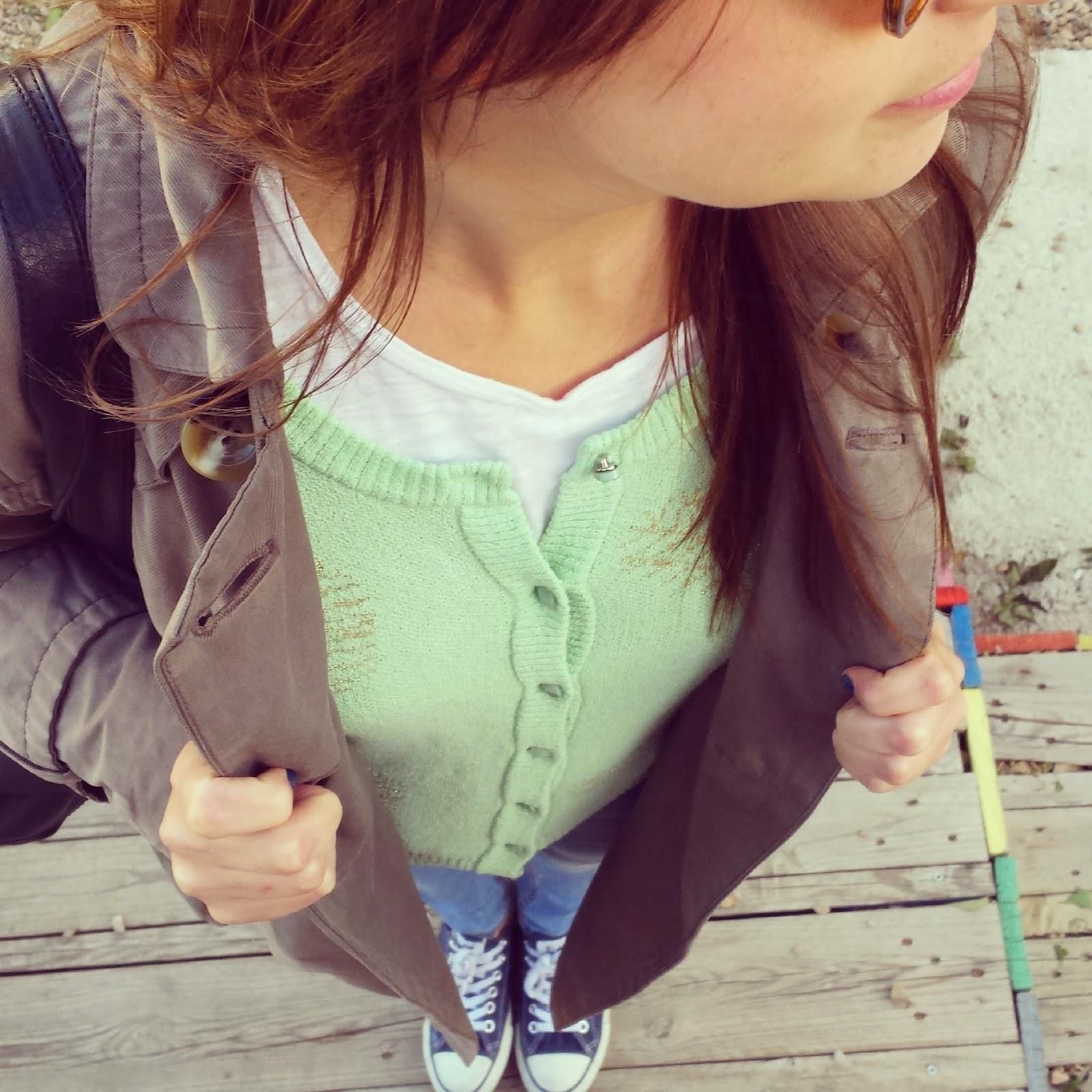 Outfit perfecto para pasear una chaqueta color pastel de Nümp, unos pantalones pitillos claros de Stradivarius, una camiseta básica de Mango y una zapatillas converse navy.
