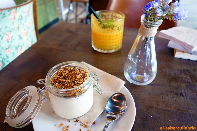 yogur natural con topping en el brunch de La Clandestina Cafe