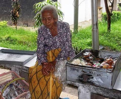 Kisah Seorang Nenek Penjual Kue