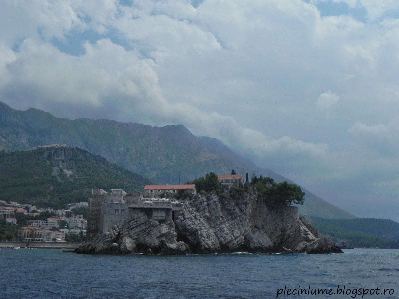 Insula Sveti Stefan vazuta de pe mare