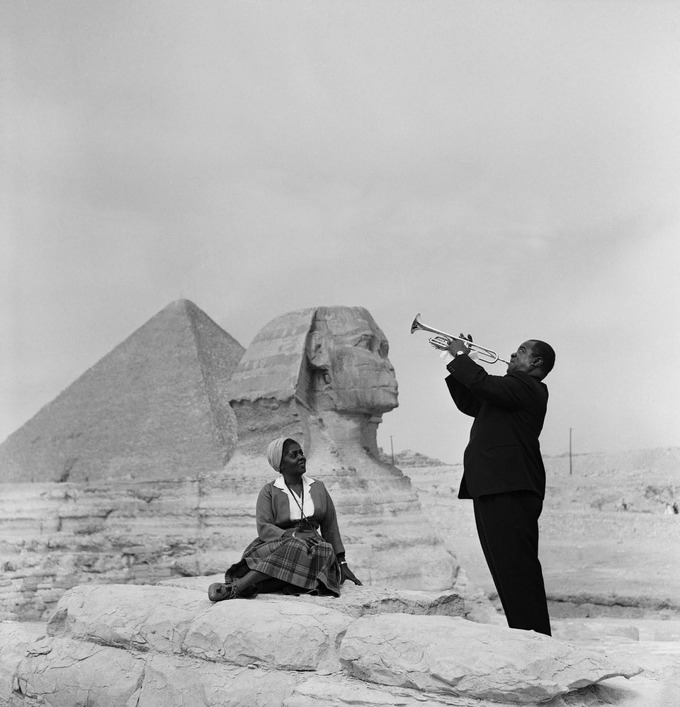 25 Breathtaking Photos From The Past - Louis Armstrong plays for his wife in front of the Sphinx by the pyramids in Giza, 1961