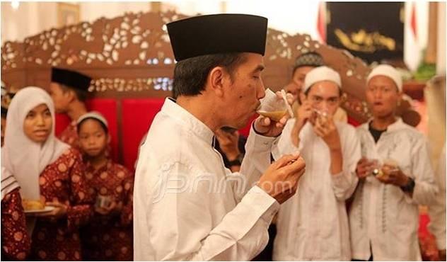Jokowi Makan Pakai Tangan Kiri