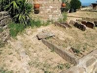 Cistes funeràries davant l'absis de Sant Feliuet