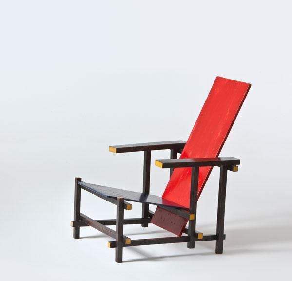 Del mont merveilles le vitra pas loin for La chaise rouge et bleue