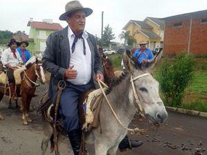 Mesmo com proibição, prefeito chega para posse montado em burro no RS