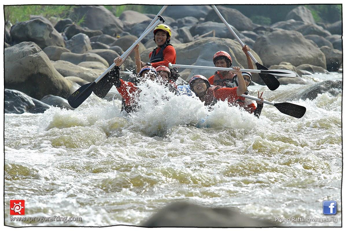 Momen-momen saat perahu dispot arus deras; rafting kali Progo, Magelang