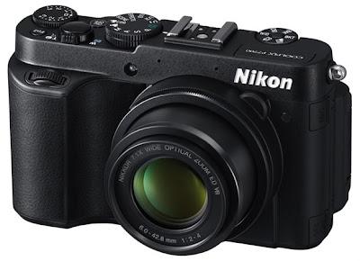 La Nikon Coolpix P7700 vista di tre-quarti