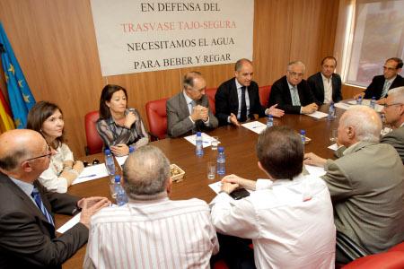 Camps firma un acuerdo histórico con los regantes de El Hondo para compatibilizar los usos agrícolas con el medio ambiente