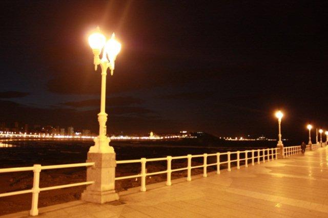 Playa de San Lorenzo en Gijon de noche