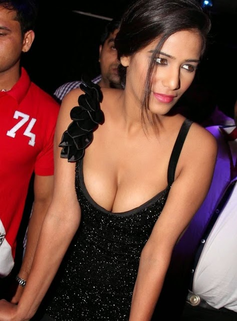 poonam pandey hot deep cleavage pics