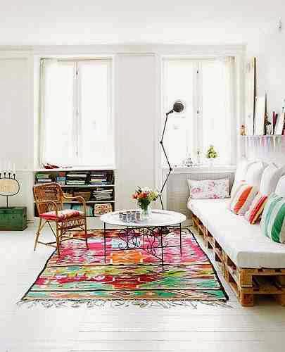 Kolorowy dywan i kolorowe dodatki w białym wnętrzu