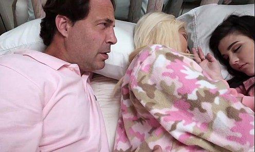 คลิปxxxพ่อเย็ดลูกสาวเพื่อน นอนเปิดหียั่วดีนักจัดไปอย่าให้เสียเชิงชาย