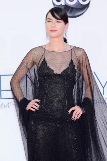Lena Headey emmys 2012 alfombra roja vestido negro - Juego de Tronos en los siete reinos