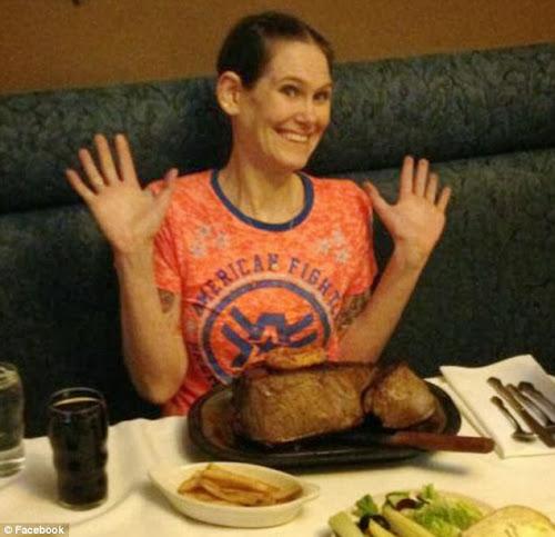 Americana come mais de 2kg de bife em apenas 2:44 minutos