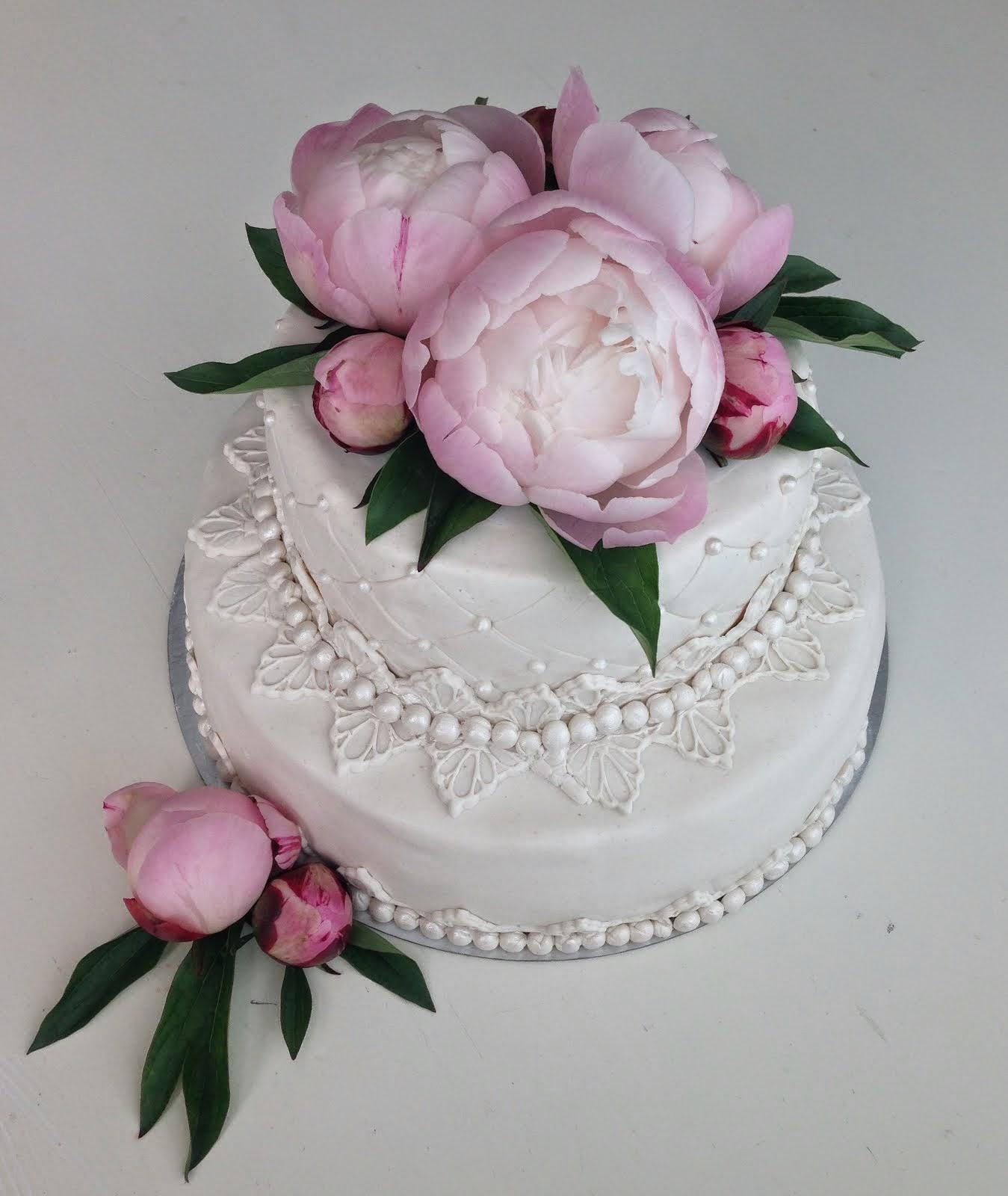 Vit bröllopstårta med riktiga rosa pioner