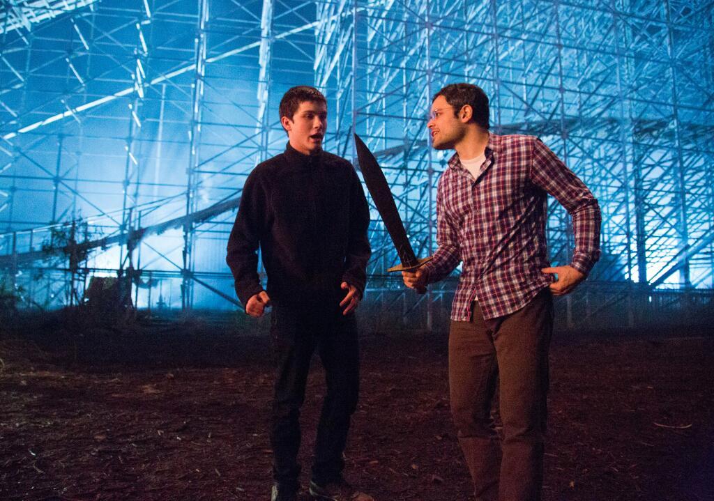 Imagen del rodaje de El Mar de los Monstruos. El director Thor Freudenthal sostiene la espada Riptide y da indicaciones a Logan Lerman (Percy Jackson).