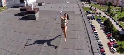 Video wanita berjemur tak pakai baju cuba memukul pesawat drone yang mengintipnya