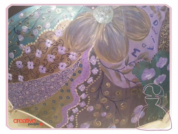 Paraguas pintado a mano por Sylvia Lopez Morant, donde vemos el detalle de la falda de la Menina Flor