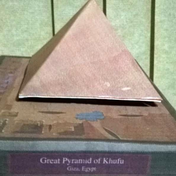 Aqui tem uma foto da maquete da pirâmide