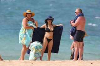 سلمى حايك في صور ساخنة بالبكيني في شاطئ في هاواي