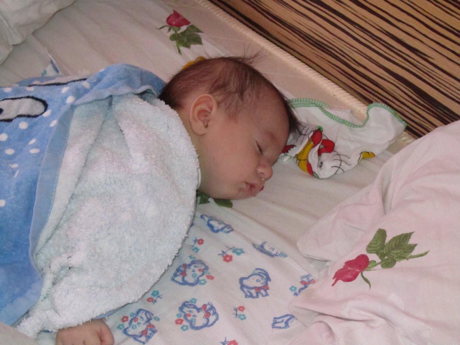 Фото как новорожденный ребенок спит в кроватке