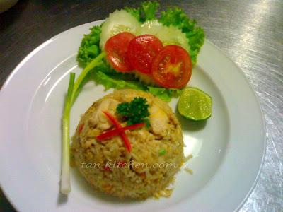 chicken fried rice (khao phad kai)