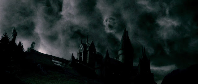 Imagen tenebrosa de la silueta de un castillo bajo un cielo obscuro y encapotado, donde se forma la figura de una calavera entre las nubes tormentosas.