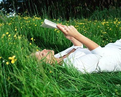 http://1.bp.blogspot.com/-MudcDzuqW38/TpM3yxyI5HI/AAAAAAAAB_c/DoAOy-ci218/s640/reading_book_on_grass_.jpg