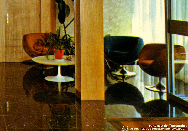 "Fauteuils ""Crocus""  Designer: L.Bender - Editeur: Steiner  Table basse ""Tulipe""  Designer: Eero Saarinen - Editeur: Knoll"