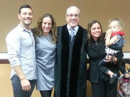 Pai Massimiliano Gerina, ao lado de mãe biológica Maria Italiano, do juiz Antonio Marin, e da segunda mãe, Cher Filippazzo (Foto: Reprodução/Facebook)
