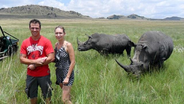 Fotografiada momentos antes de ser corneada por un rinoceronte