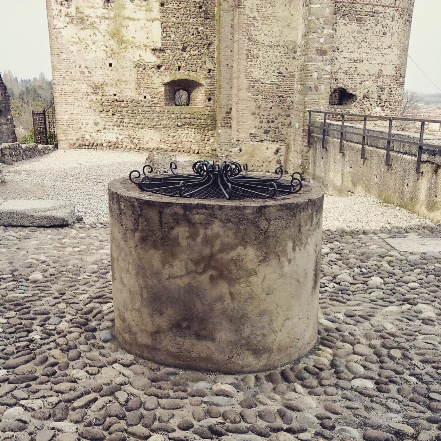 Valeggio sul Mincio, il pozzo del Castello Scaligero - Foto di Monica Gatti La gatita sotto le due torri blog